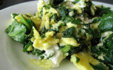 Gli spinaci con uova e formaggio per un secondo piatto ricco