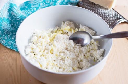 La preparazione della pasta ricotta e zucchine
