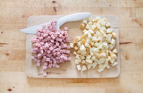 La preparazione del plum cake slalato allo yogurt