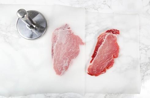 La preparazione delle cotolette di maiale fritte