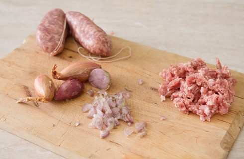 La preparazione della pasta con salsiccia