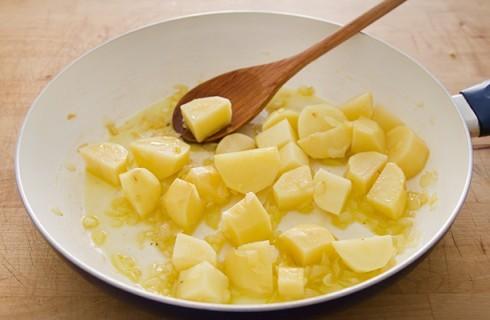 La preparazione di verza e patate