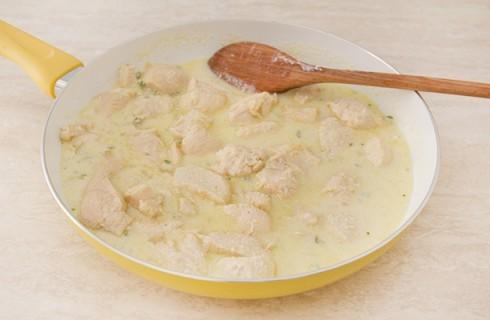 La preparazione del pollo allo yogurt