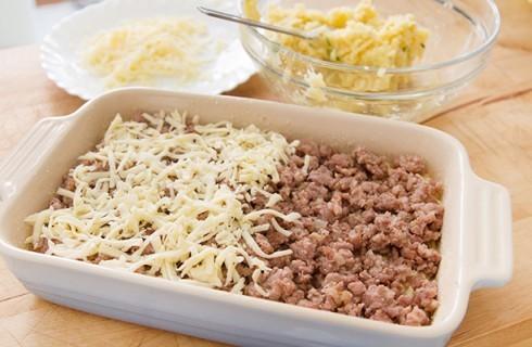 La preparazione del pasticcio di patate
