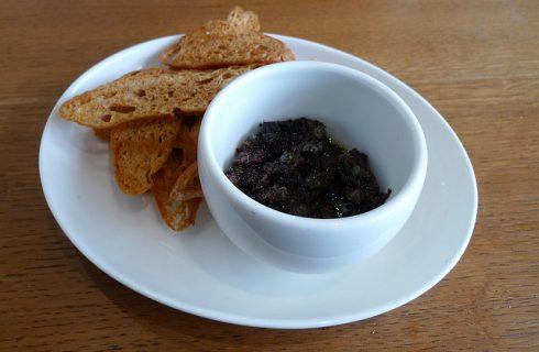 La tapenade vegetale: la ricetta con olive, zucchine e melanzane