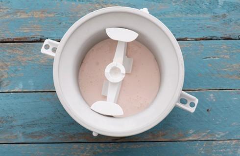 La preparazione della torta gelato allo yogurt