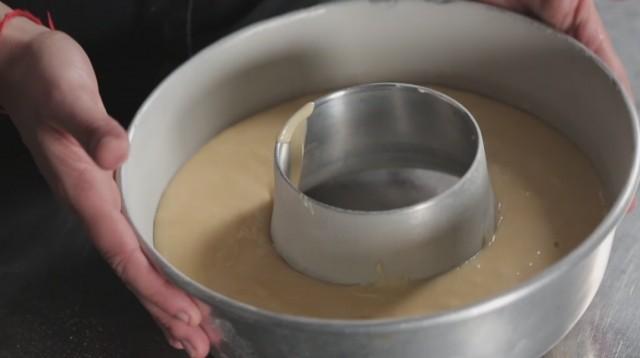 Ciambella allo yogurt -stampo da ciambellone imburrato