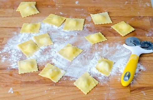 La preparazione dei ravioli di patate