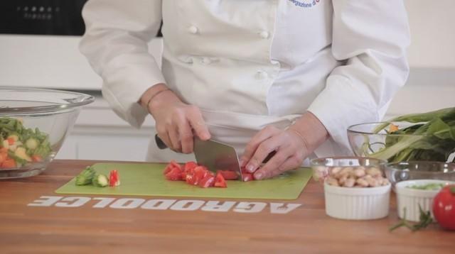 Minestrone - tagliate le verdure a cubetti