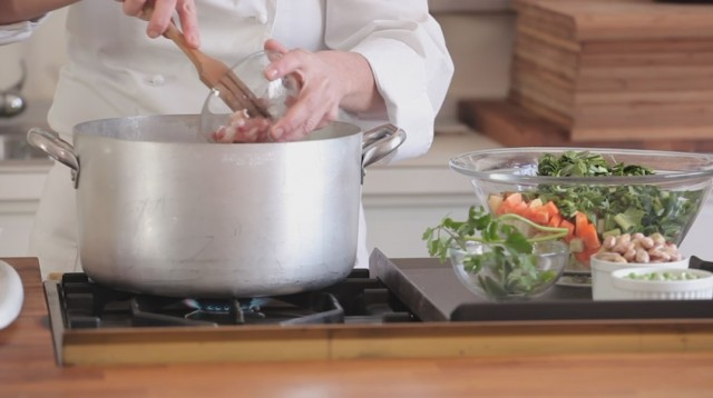 Minestrone -unite la pancetta a dadini