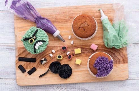 La preparazione degli Halloween cupcakes