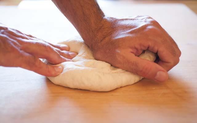 Focaccia con cipolle - lavorare l'impasto