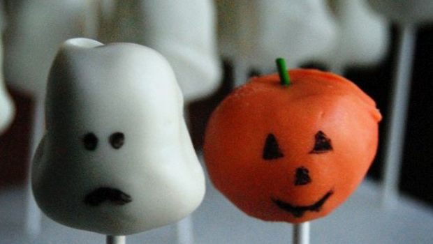 I pop cake di Halloween con decorazioni mostruose