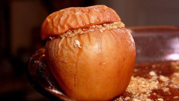 Come fare le mele cotte al forno con amaretti