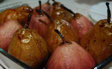 Le pere sciroppate al vino rosso per il dessert di fine pasto