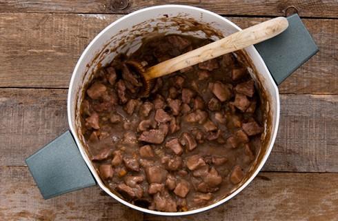 La preparazione del pasticcio di carne