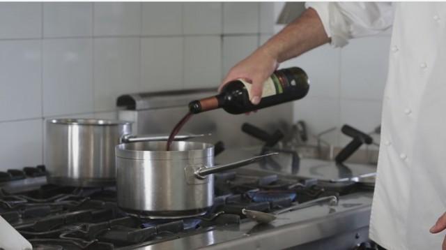 ravioli al cinghiale - 3 sfumate con il vino rosso