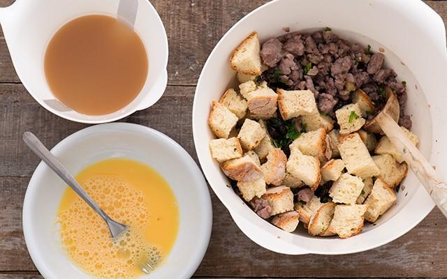 Ripieno per tacchino - pane uova carne e brodo