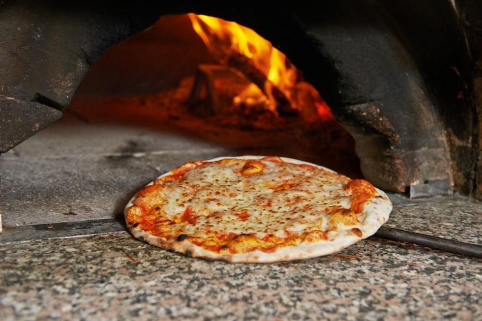 Shutterstock 219008905 - Forno per la pizza ...