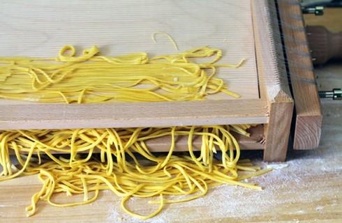 La preparazione degli spaghetti alla chitarra