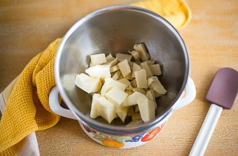 La preparazione della torta al cioccolato bianco