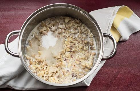 La preparazione del dolce Monte Bianco