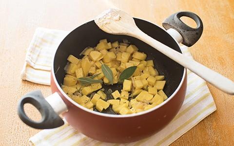 riso e patate - rosolare le patate