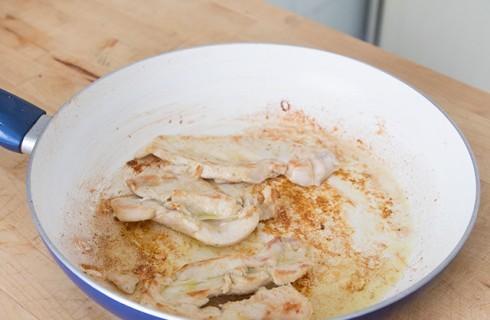 La preparazione del petto di pollo al latte