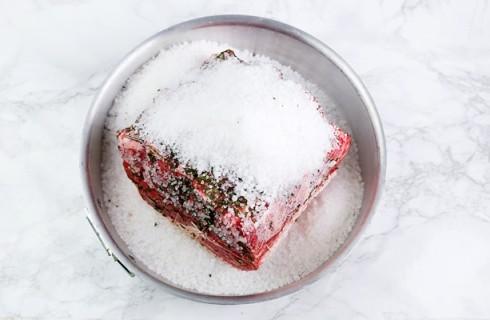 La preparazione del roast beef al sale