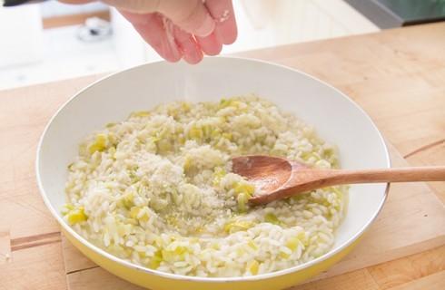 La preparazione del risotto ai porri