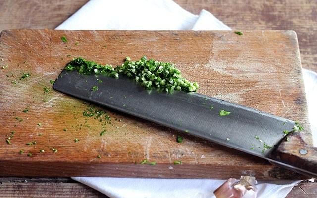 Triglie alla livornese - trito di aglio e prezzemolo