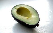 L'avocado al forno con le uova con la ricetta semplice