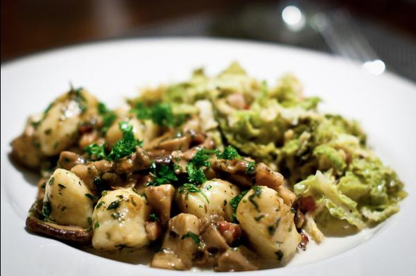 Gnocchi con funghi e salsiccia: la ricetta per un primo piatto sfizioso