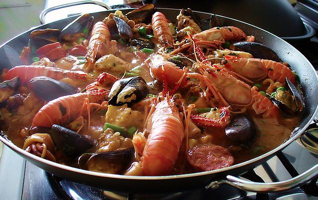 Come fare la paella di pesce con la ricetta dello chef Gordon Ramsay