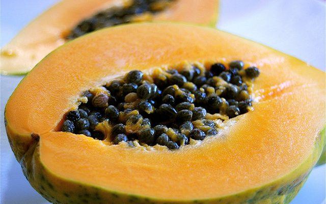 La papaya al forno con la ricetta del dessert di fine pasto