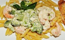 La pasta ai broccoli e gamberetti con la ricetta semplice