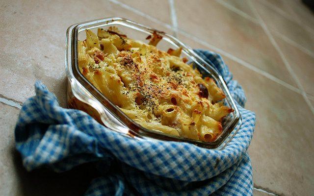 La pasta al cavolfiore e salsiccia al forno per un pranzo gustoso