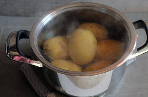 La preparazione della pitta di patate