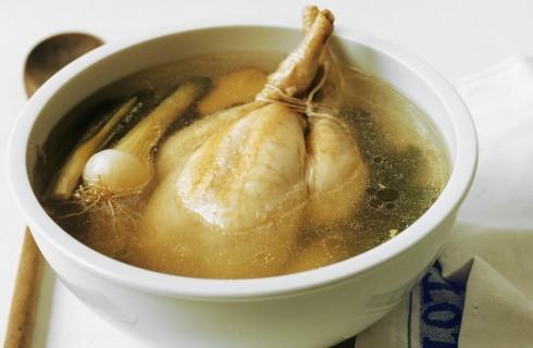Pollo intero bollito
