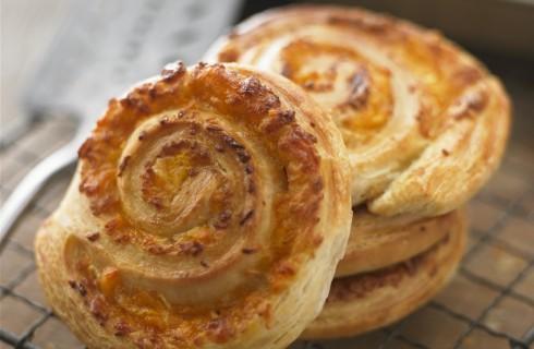 Rotolini di pasta sfoglia con formaggio