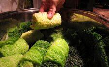 Come preparare la verza ripiena con salsiccia per un secondo appagante
