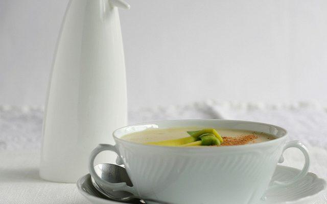 La zuppa di cipolle e patate da provare in autunno