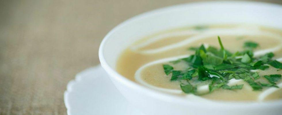 Zuppa di patate e cipolle: la ricetta light e gustosa