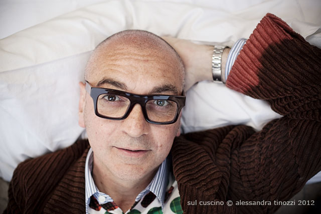 La signora dei calzini, Alessandra Racca sul cuscino © Alessandra Tinozzi