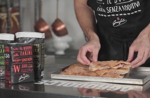 Pizza ripiena con prosciutto e scamorza