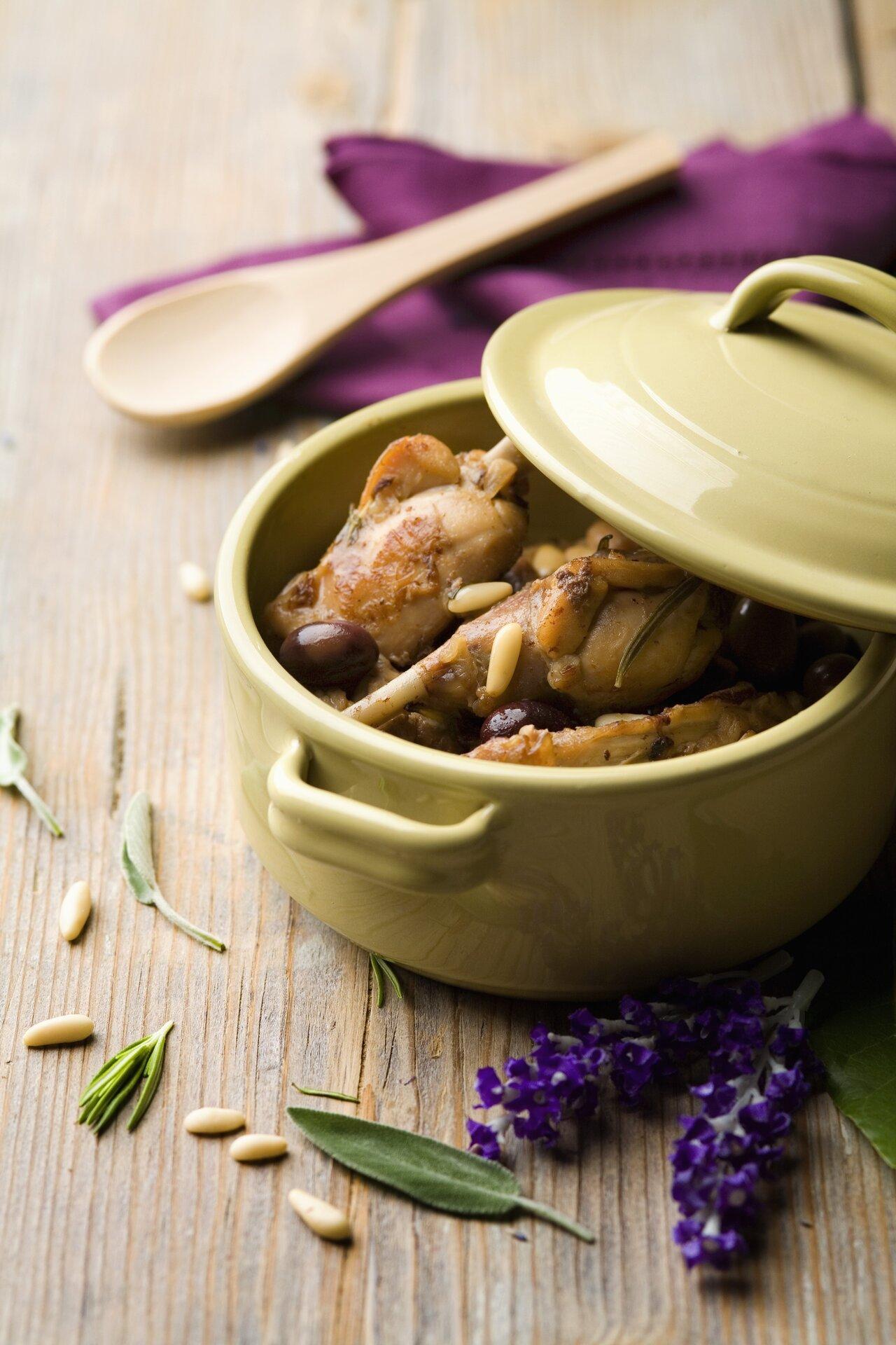 CONIGLIO ALLA LIGURE ricetta tipica con olive e pinoli