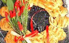 La ricetta della ghirlanda natalizia con salmone e noci