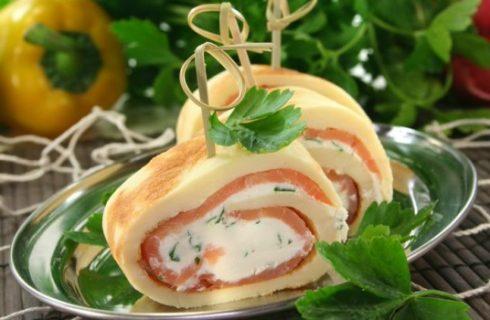 Rotolini di omelette con salmone e formaggio alle erbe: la ricetta per un antipasto sfizioso