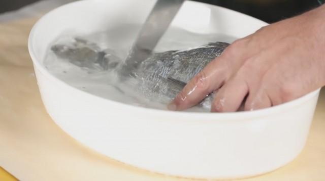 sfilettare il pesce - 1 squamarlo