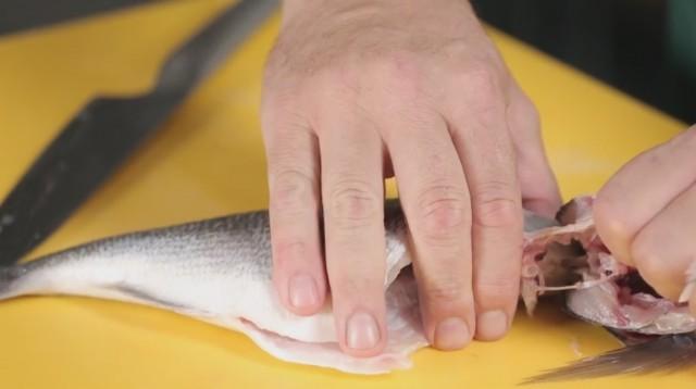 sfilettare il pesce - 6 staccare la testa